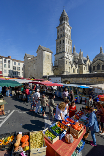Mercado al pie de la catedral de Saint-Front © Alban Gilbert