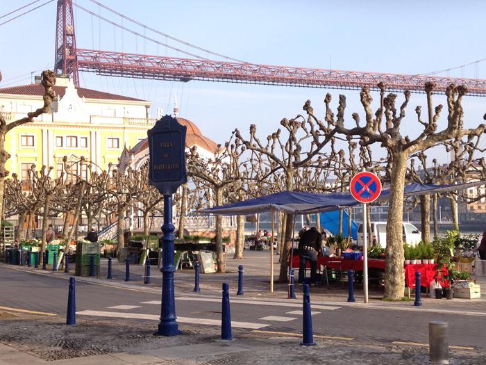 Mercado de las aldeanas en la Plaza del Solar con el Kiosko y el Puente Bizkaia al fondo