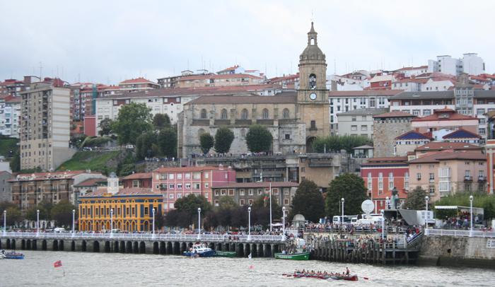 Panorámica de Portugalete con regata de traineras