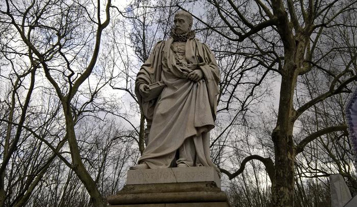 Estatua dedicada a Montaigne en la Esplanada de la Quinconces