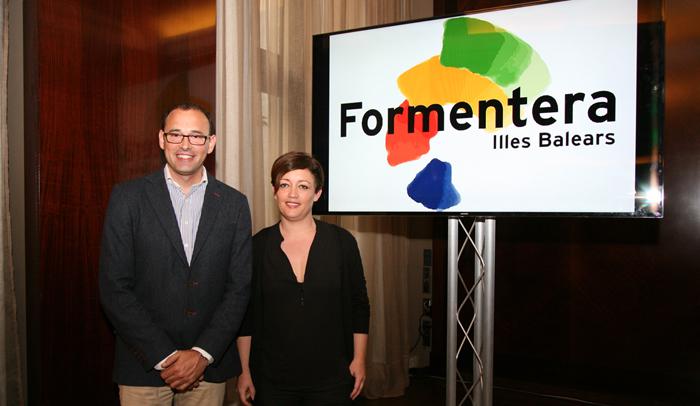 La Consejera de Turismo de la isla, Alejandra Ferrer, y el Gerente del Patronato de Turismo, Carlos Bernús durante la presentación de Barcelona