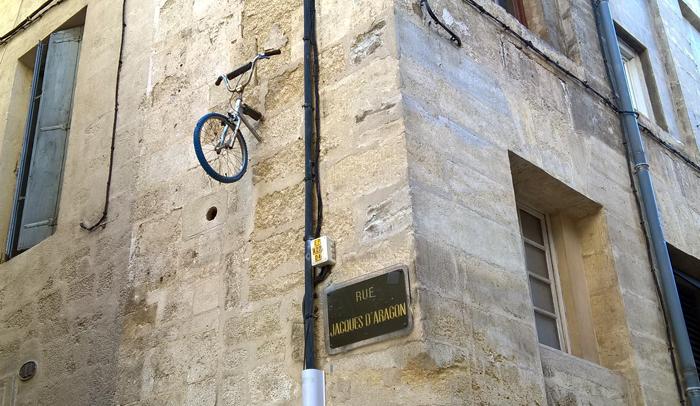 """Calle Jaime I el Conquistador donde luce una curiosa muestra de s""""treet art"""" de Monsieur BMX"""