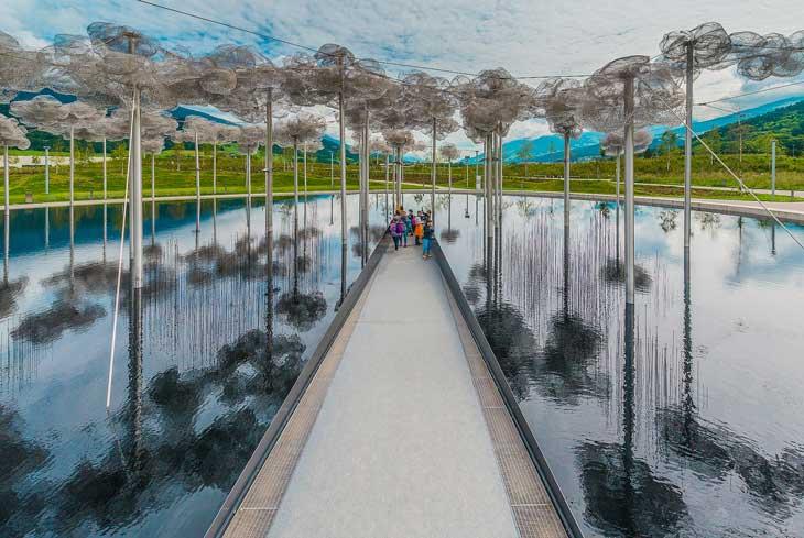 Las Nubes de Cristal se realizaron con 600.000 cristales tallados en tres tamaños diferentes. Foto © Aníbal Trejo