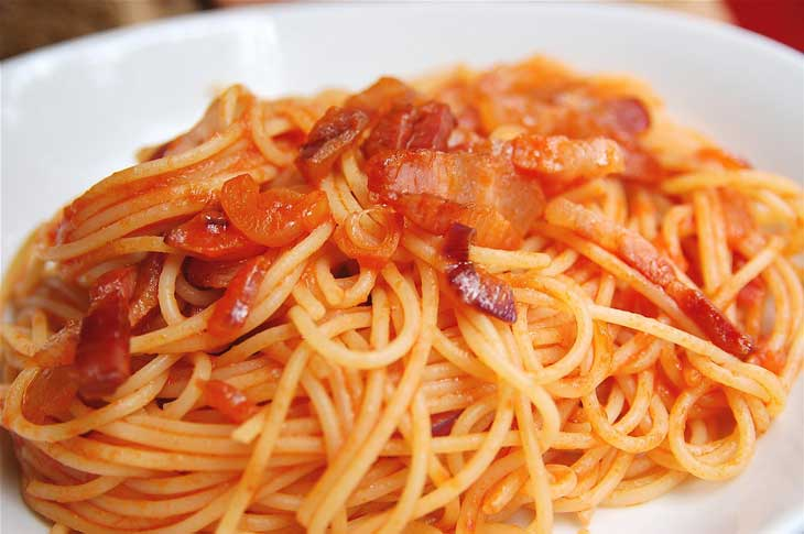 Pasta all'amatriciana. Foto Judiwitts. Licencia Creative Commons.