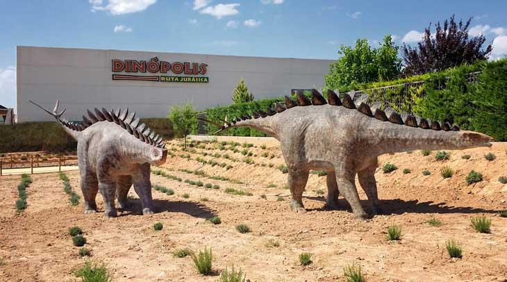 Ejemplares de Dacentrurus armatus zona temática de Tierra Magna Dinópolis. ©Dinópolis Teruel