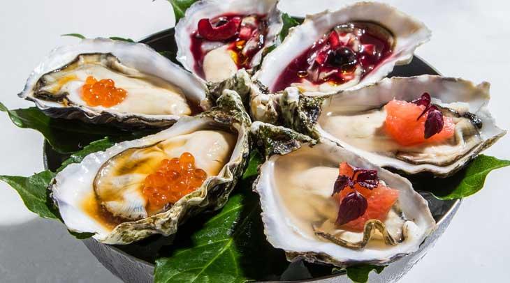 Surtido de ostras (con gazpacho de cereza y merlot; con sake de pomelo; con ponzu)