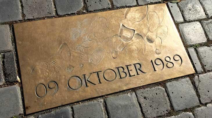 Placa homenaje de la manifestación pacífica del 9 de octubre de 1989