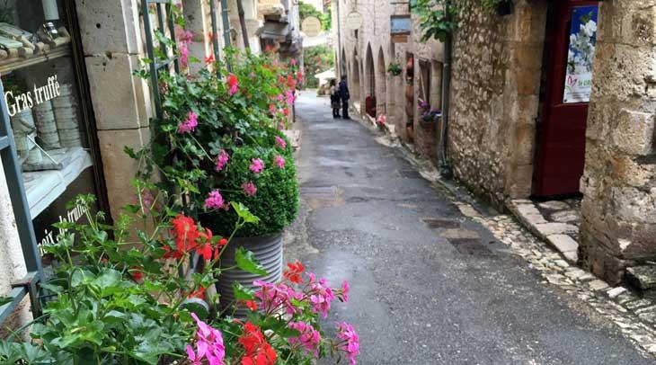 Las calles de Saint-Cirq-Lapopie están repletas de tiendas de artistas y artesanos que se han trasladado a esta localidad de Lot