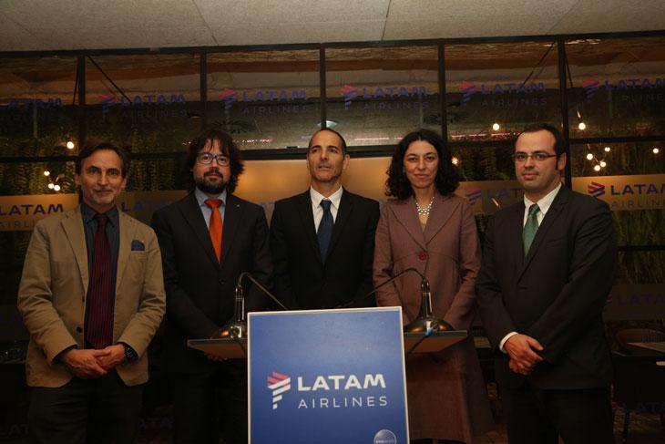 Autoridades presentes en la presentación de la nueva ruta Barcelona-Lima ayer en el restaurante Totora de Barcelona
