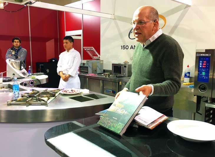 Showcooking del chef panameño Charlie Collins quien preparó un exquisito pulpo al curry con arroz con coco