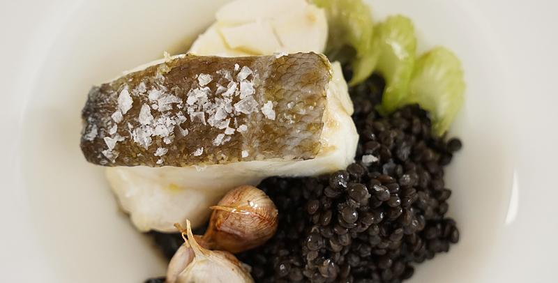 Bacalao acompañado de lentejas y caviar