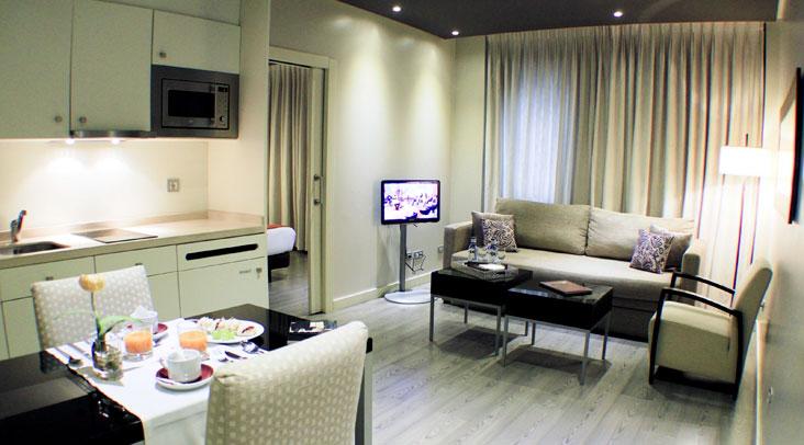 Salón-cocina de la Suite Ejecutiva Familiar Sercotel Suites Viena