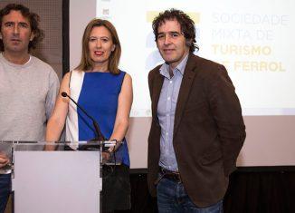 De izquierda a derecha, Marcos Rodríguez, responsable de la organización del Pantín Classic Galicia Pro, Marisa López, gerente de la Sociedad Mixta de Turismo de Ferrol y Suso Basterrechea, concejal de turismo de Ferrol.