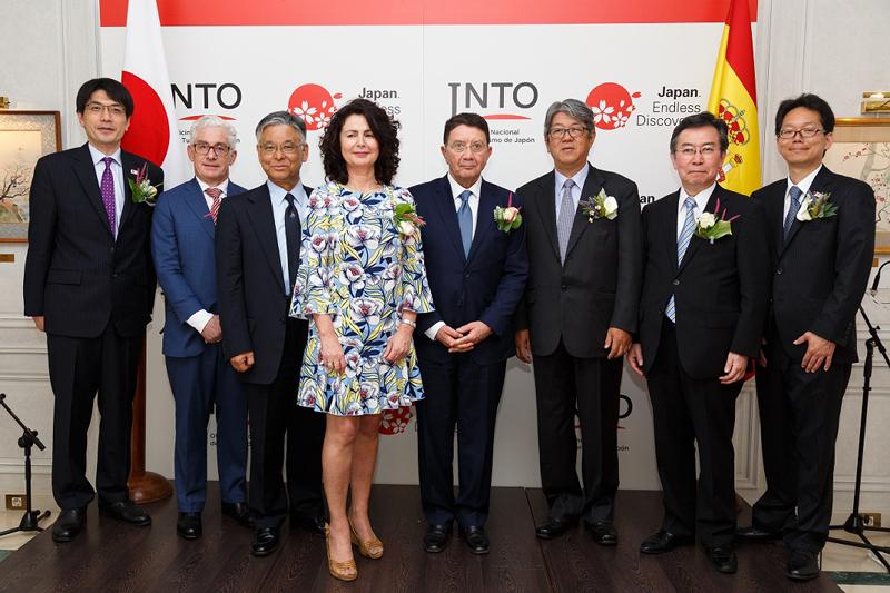 De izquierda a derecha: Sr. Yasuto Kawarabayashi, Vice-Comisionado de la Agencia de Turismo de Japón, Ministerio de Territorio, Infraestructura, Transporte y Turismo; Sr. Manuel Butler, Director General de Turespaña; Sr. Ryoichi Matsuyama, Presidente de La Oficina Nacional de Turismo de Japón; Sra. Matilde Asian Gonzalez, Secretaria de Estado de Turismo; Sr. Taleb Rifai, Secretario-General de Organización Mundial de Turismo; Sr. Masashi Mizukami, Embajador de Japón; Sr. Hiroshi Tabata, Viceministro de Transporte, Turismo y Asuntos Internacionales; Sr. Kenji Inoue,  Director Ejecutivo de la Oficina Nacional de Turismo de Japón en Madrid.