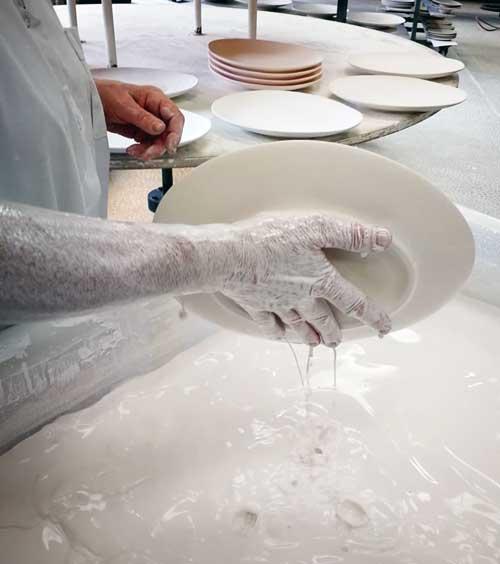 Esmaltado a mano en la manufactura Jacques Pergay © Juan Coma