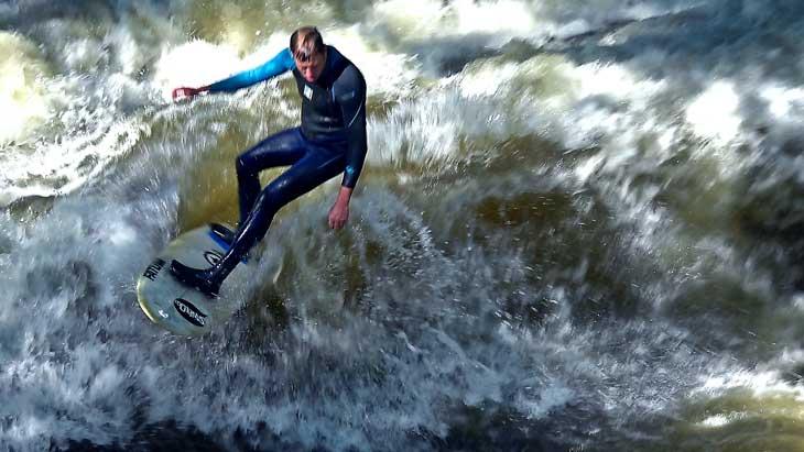 Surf en los jardines ingleses de Múnich