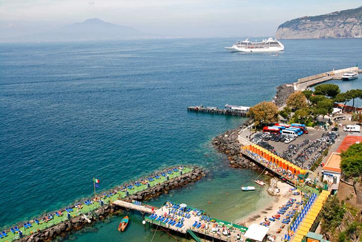 Puerto de Sorrento y, al fondo, el Vesubio