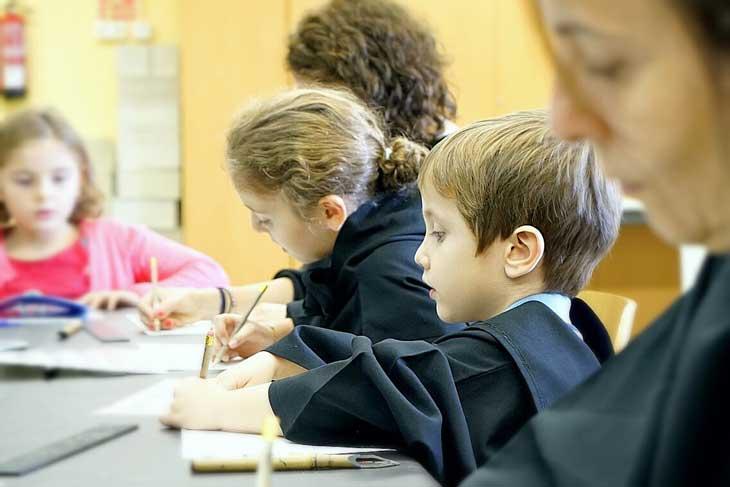 Niños en el taller de escritura del Monasterio de Sant Cugat