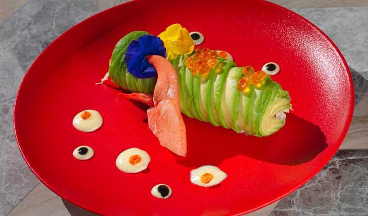 Roll de aguacate relleno de bogavante azul con salsa de coco