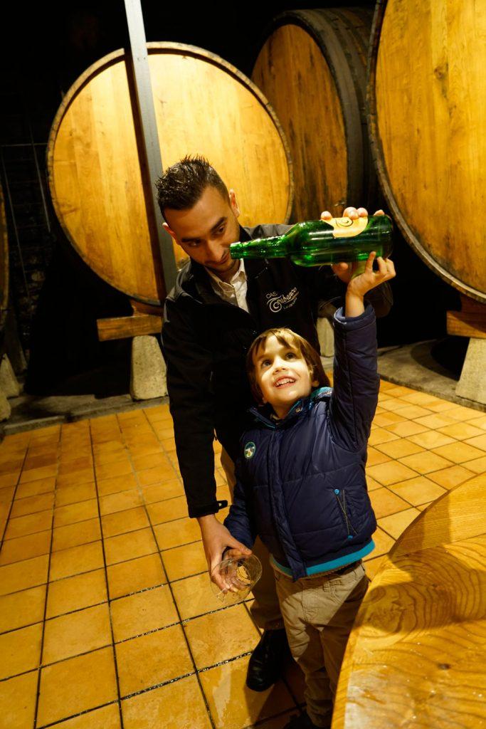 A los niños les encanta escanciar sidra (aunque las botellas contengan agua para la experiencia)