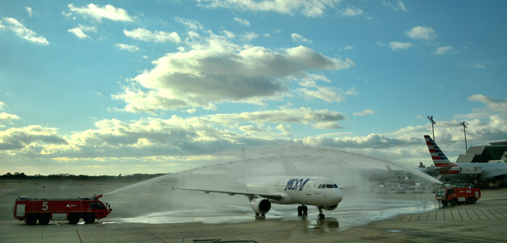 Los bomberos del Aeropuerto de Barcelona-El Prat han recibido al primer vuelo de Joon procedente de París Charles de Gaulle