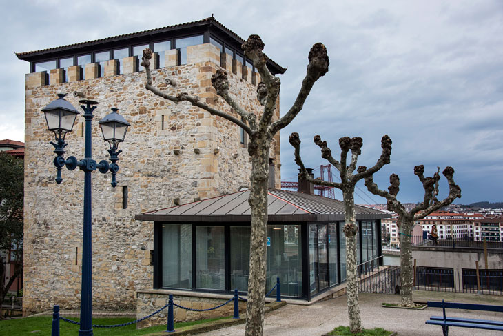 Torre Salazar, antigua casa torre que acoge un restaurante y el Museo Histórico de la Noble Villa de Portugalete.