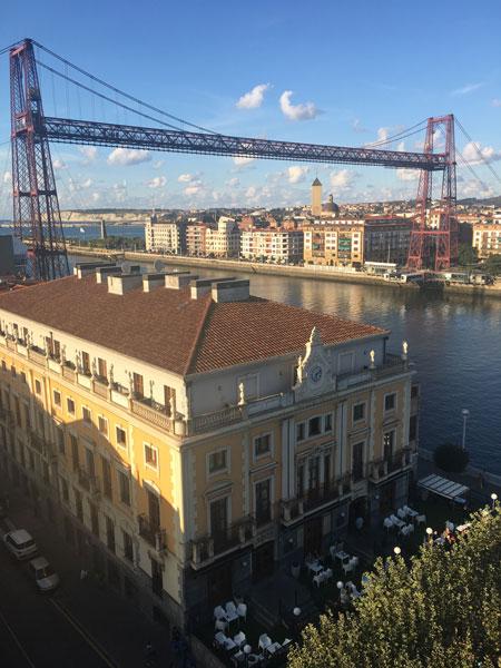 Gran Hotel Puente Colgante y, justo detrás, el Puente Bizkaia