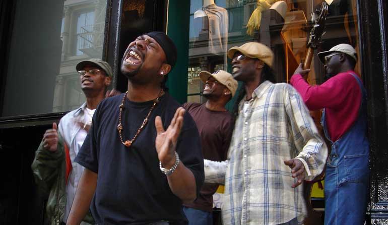 Grupo musical en una actuación en pleno Harlem