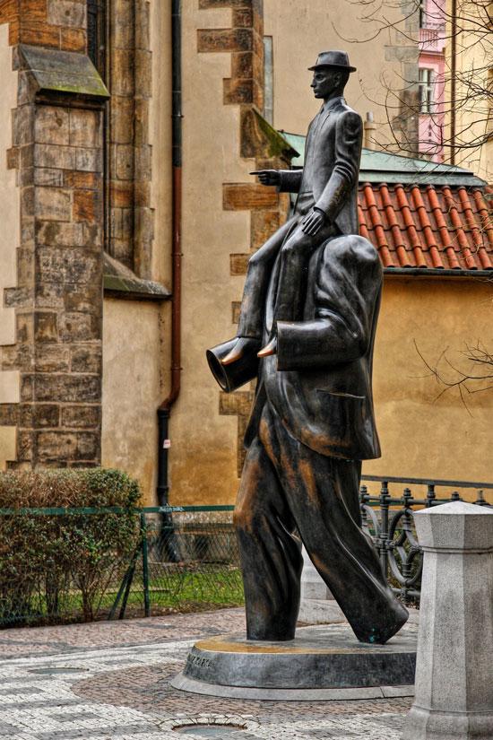 Estatua dedicada a Kafka en Praga. Foto Irena Brozova