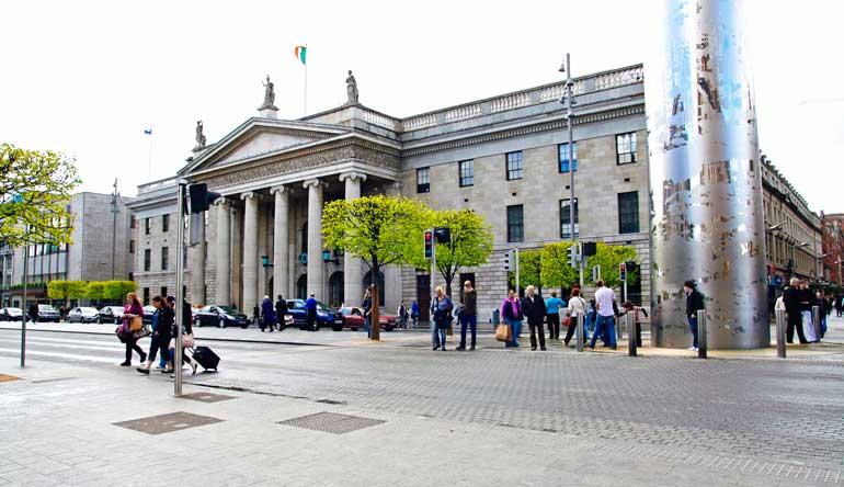 Edificio de Correos en O'Connelll Street y base del monumento The Spire