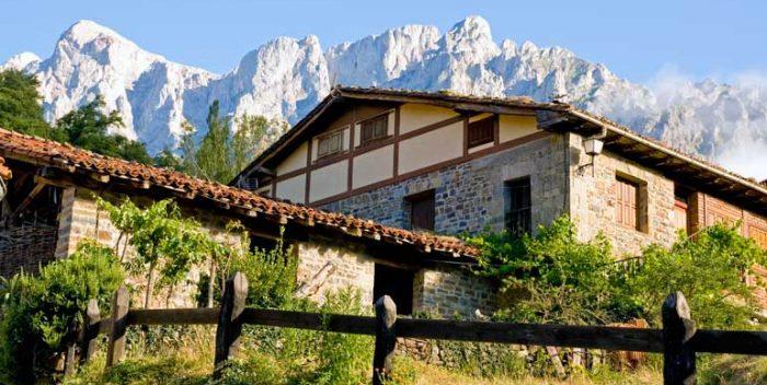 Panorámica de la localidad de Lon, en los Picos de Europa