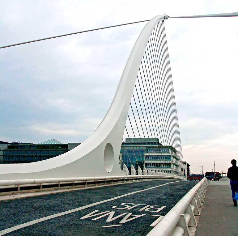 Puente Samuel Beckett en el barrio de Docklands, obra del español Santiago Calatrava