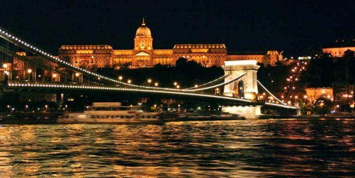 Vista nocturna del puente de las Cadenas y, al fondo, el Palacio Real