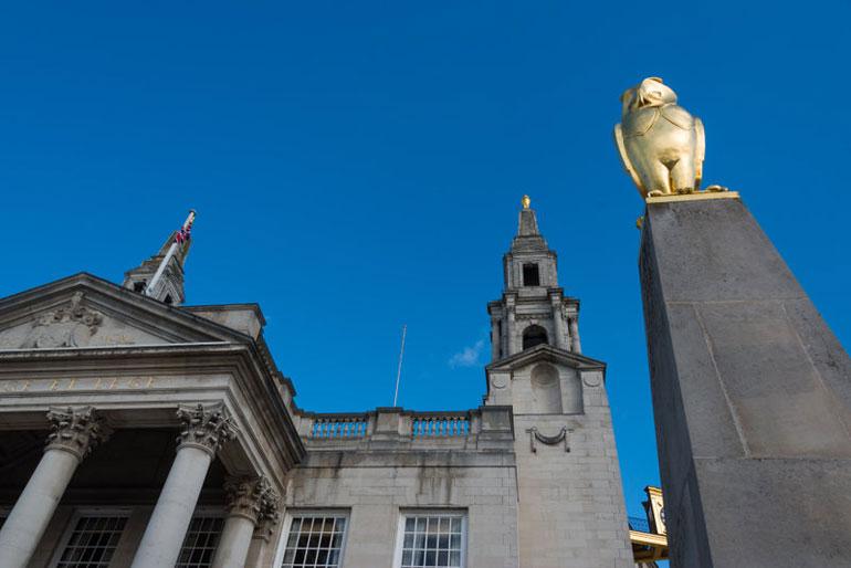 Ayuntamiento y búho dorado de Leeds, emblema de la ciudad inglesa VisitEngland/Yorkshire.com