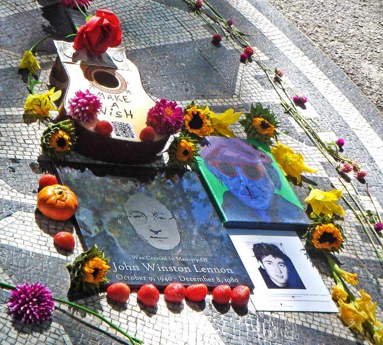 Uno de los emplazamientos más emblemáticos es el ''Strawberry Fields'', todo un homenaje y a su vez santuario dedicado al músico John Lennon situado justo enfrente al edificio donde vivió los últimos años de su vida.