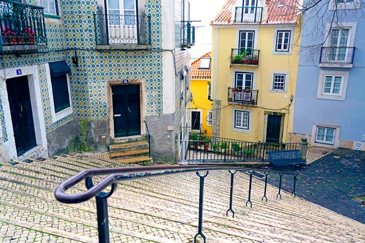 Alfama se caracteriza por sus calles estrechas y empinadas