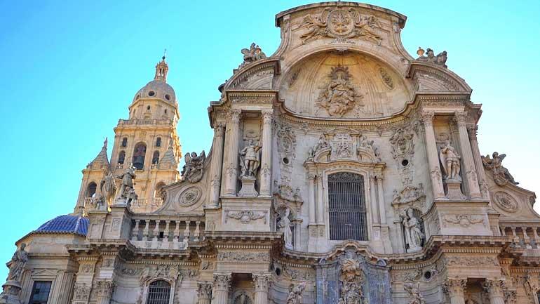 Detalle de la fachada de la catedral de Murcia y su torre