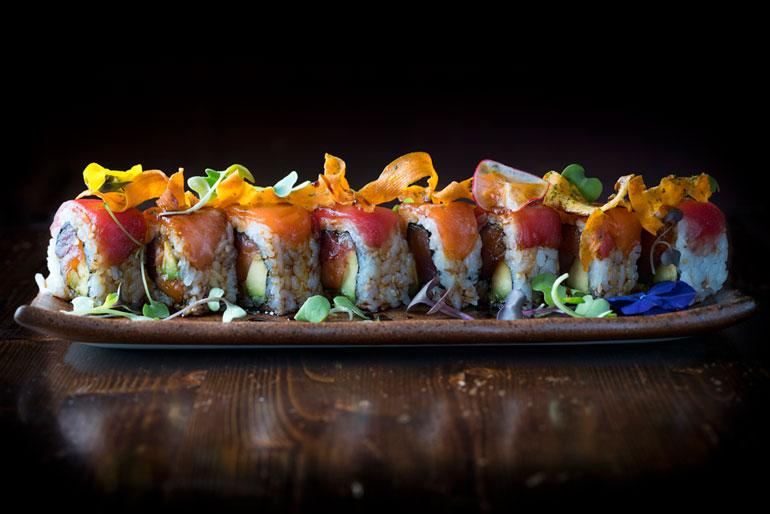 Los uramaki Rainbow de Fukamura son algunos de los platos estrella del restaurante