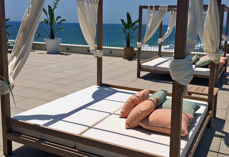 Terraza con camas balinesas de la Suite ME de ME Sitges Terramar