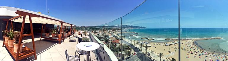 Terraza con piscina RADIO ME Sitges Rooftop Bar