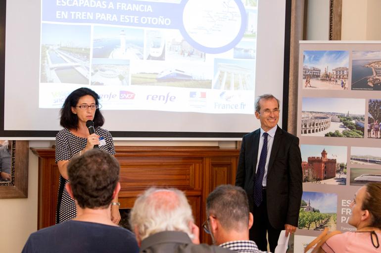 Dominique Maulin, directora de Atout France en España, y el embajador de Francia en España, Yves Saint-Geours durante la presentación de escapadas a Francia en tren para este otoño en Tarragona.