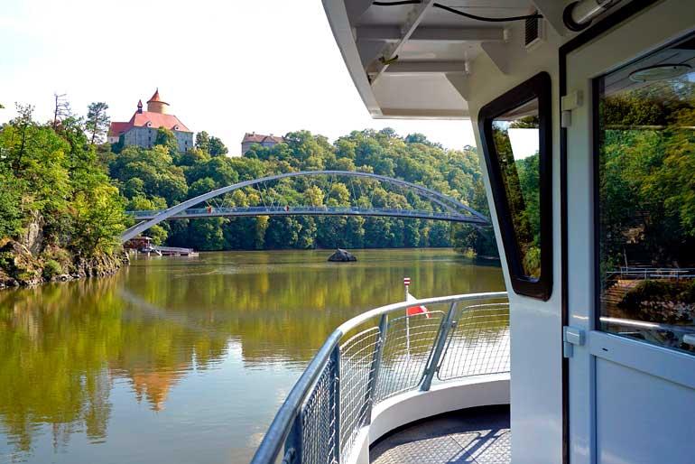 Represa de Brno y, al fondo, el castillo de Veveří