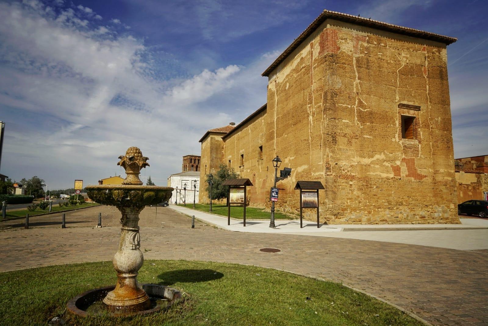 Castillo-palacio de tapial de Toral de los Guzmanes