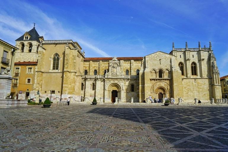 Real Colegiata Basílica de San Isidoro es uno de los monumentos que se visita con el tren turístico