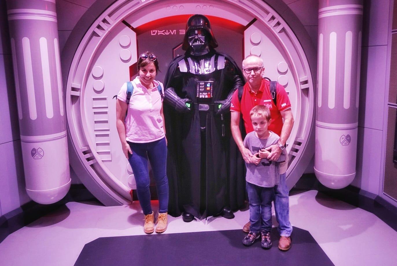 La familia con Darth Vader...no es por nada pero el personaje da miedito...