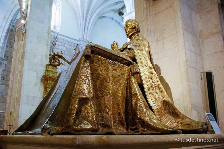 Estatua orante en bronce del arzobispo don Cristóbal de Rojas y Sandoval, tío del Duque de Lerma