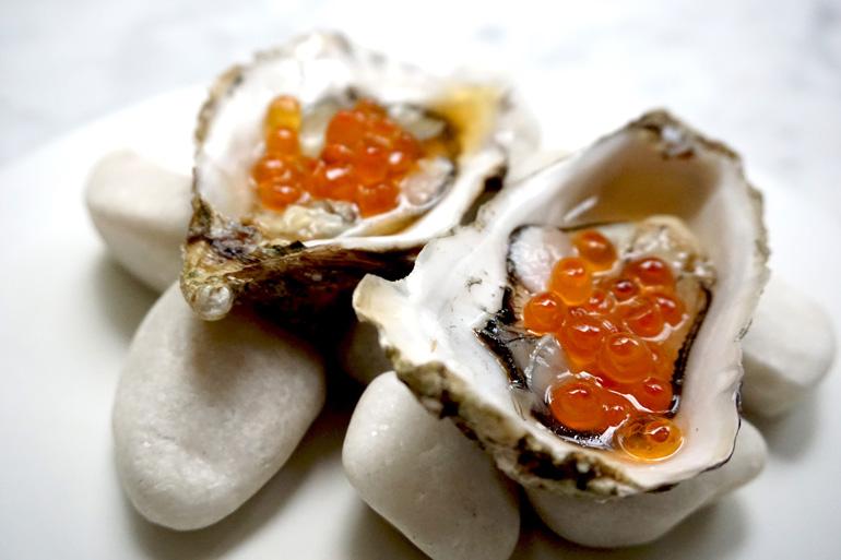Ostras con huevas de salmón, una de las delicias que se pueden degustar en el 71 Oyster Bar de Barcelona