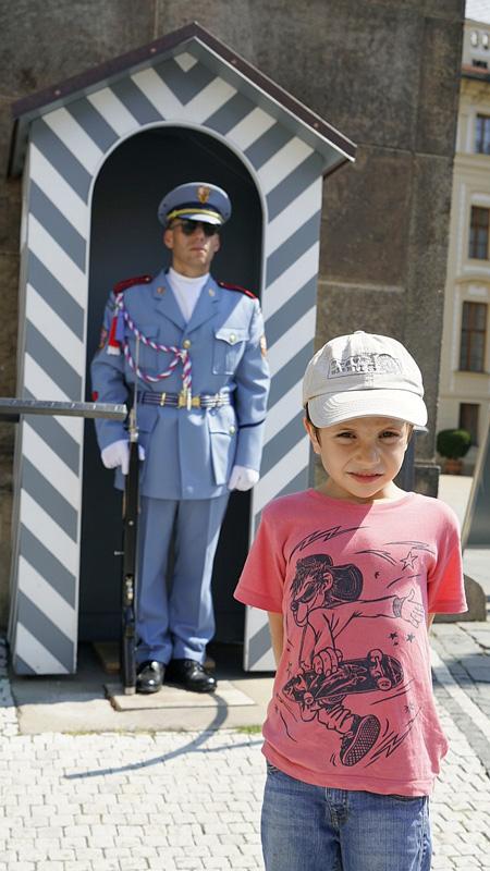 Os nenos adoraban aos soldados e os cambios de garda