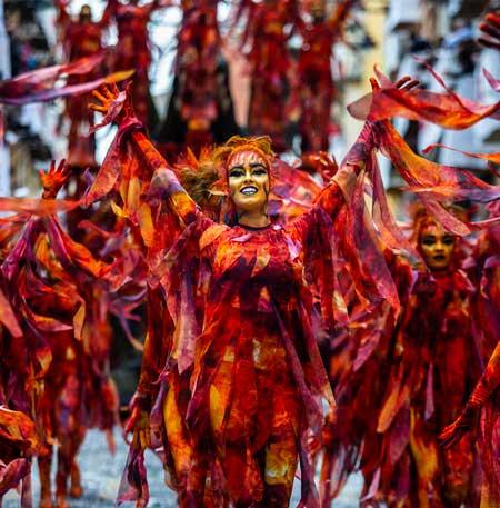 El color es uno de los elementos principales del Día de las Entradas de la fiesta de Moros y Cristianos de Alcoy