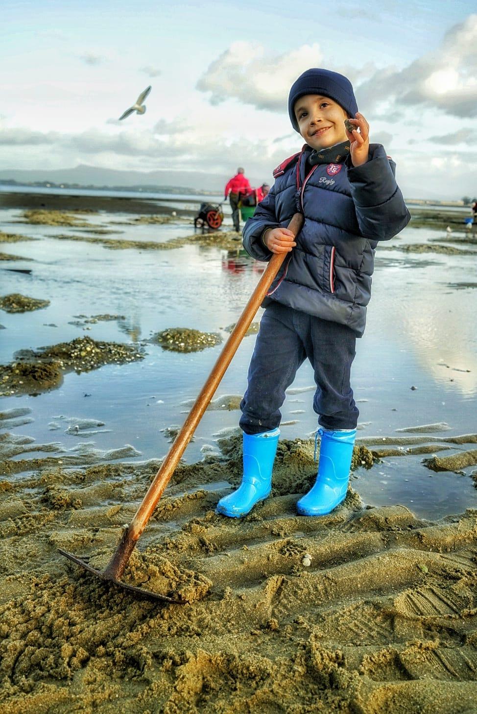 A los niños les encanta buscar marisco en la ría y medirlo